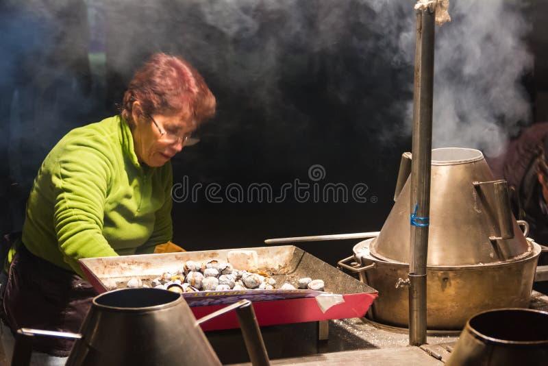 Venditore ambulante delle castagne. Lisbona. Il Portogallo fotografia stock