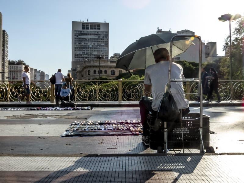 Venditore ambulante su Santa Ififenia Viaduct a Sao Paulo del centro fotografie stock