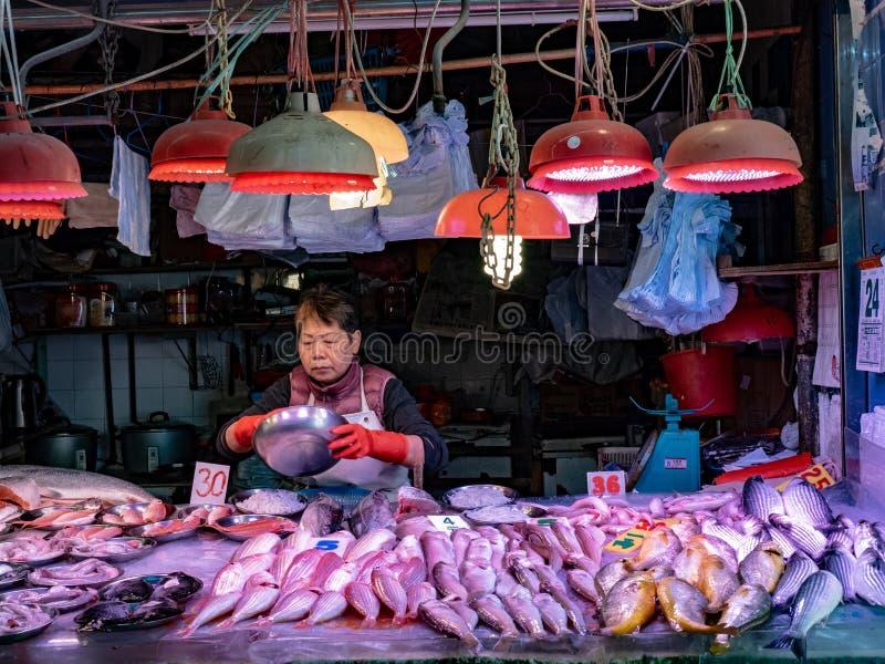 Venditore dei frutti di mare al mercato fotografia stock