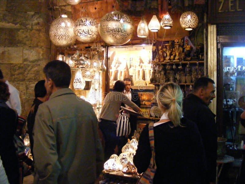 Venditore del negozio che vende le lampade di rame nel mercato del souq di khalili di EL di khan nell'egitto Cairo fotografie stock