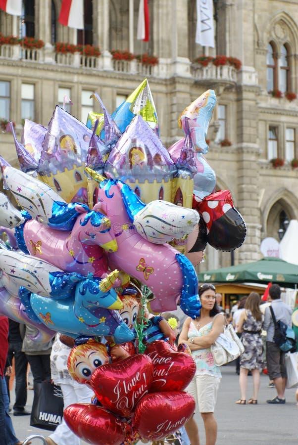 Venditore del pallone davanti al rathaus a Vienna immagine stock
