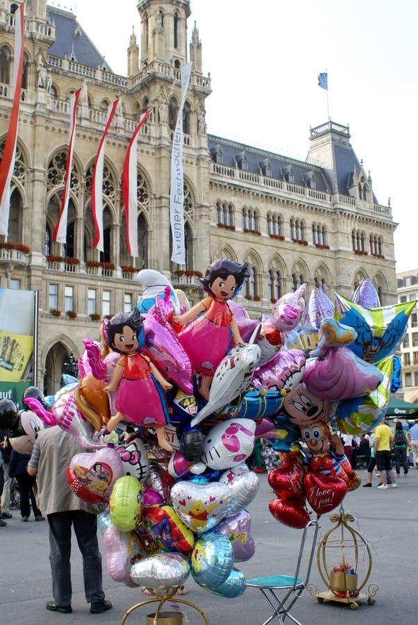 Venditore del pallone davanti al rathaus a Vienna immagine stock libera da diritti