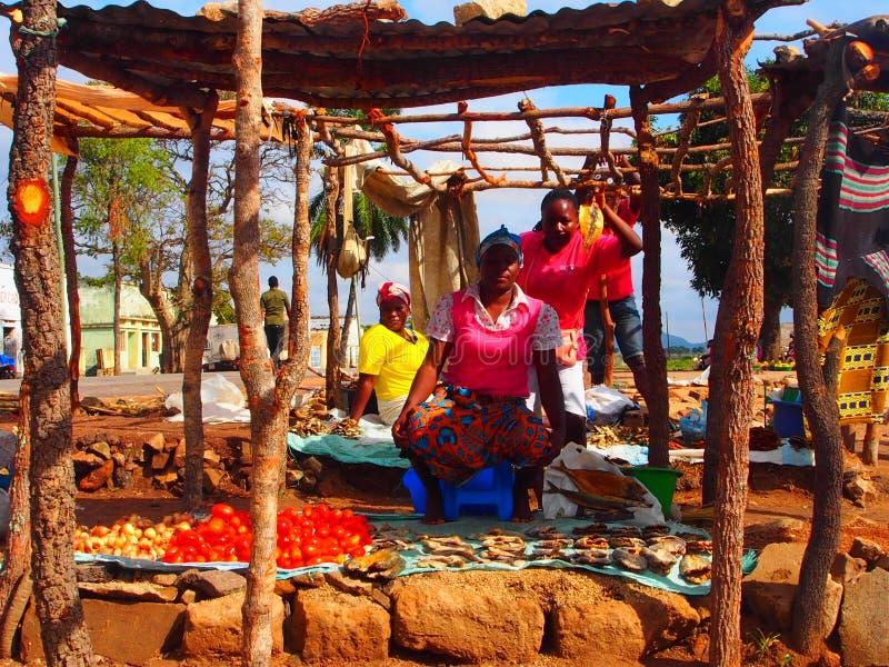 Venditore della frutta alla sua stalla del bordo della strada Posizione Angola Africa fotografia stock