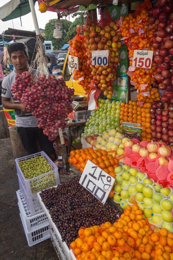 Venditore della frutta, equipaggiante mercato immagine stock