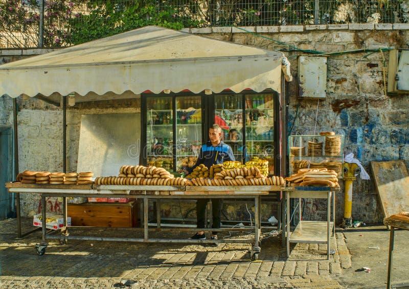 Venditore delle merci al forno del pane nella vecchia città di Gerusalemme immagini stock libere da diritti