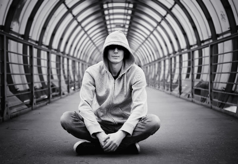 Venditore di droga di maglia con cappuccio dell'uomo della via fotografie stock libere da diritti