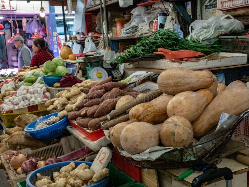 Venditore di verdure al mercato immagini stock libere da diritti