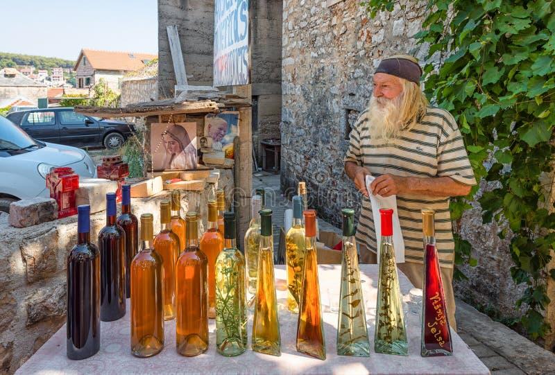 Venditore locale di vini e liquori fatti in casa in Croazia, affari di primo piano fotografia stock libera da diritti