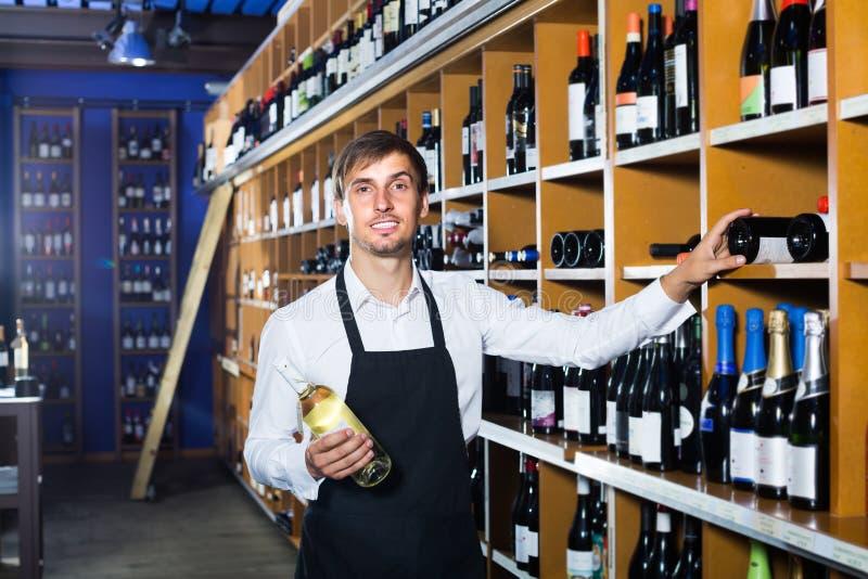 Venditore maschio nel deposito di vino fotografia stock