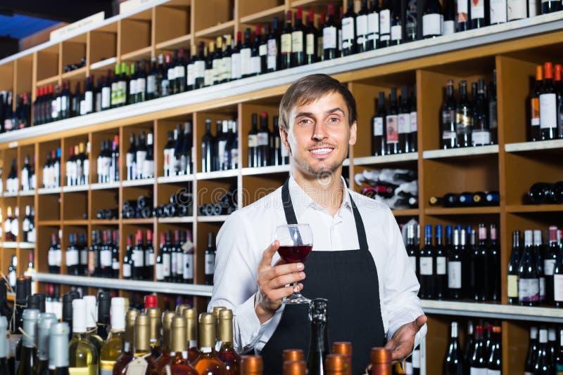 Venditore maschio nel deposito di vino immagine stock
