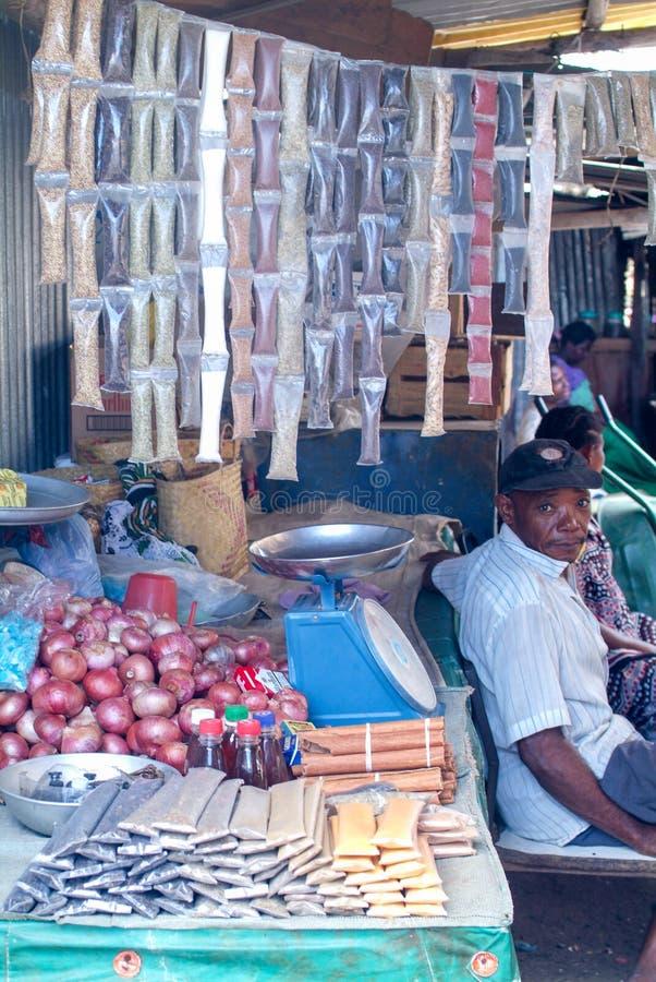 Venditore nel suo negozio della spezia all'isola di Mayotte, Francia immagini stock libere da diritti