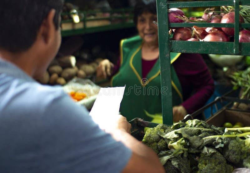 Venditore peruviano femminile ad un mercato delle verdure fotografie stock libere da diritti