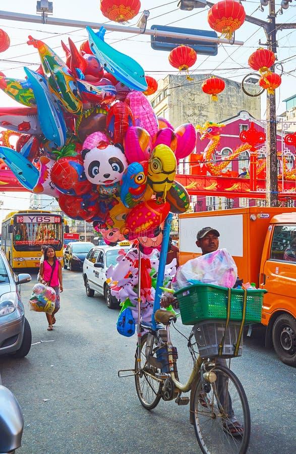 Venditore in Rangoon, Myanmar del pallone fotografie stock libere da diritti