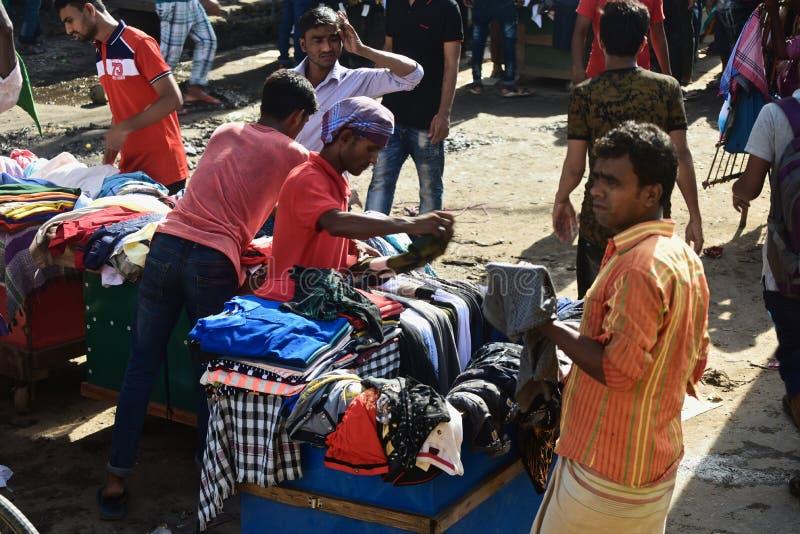 Venditori ambulanti che vendono gli indumenti intorno ad una via nel Bangladesh immagine stock