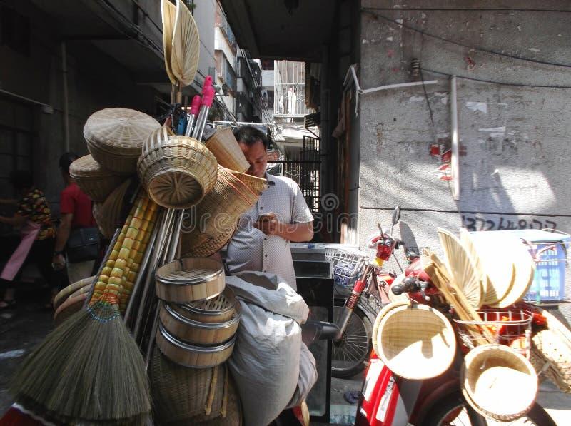 Venditori ambulanti che vendono i prodotti di bambù fotografie stock