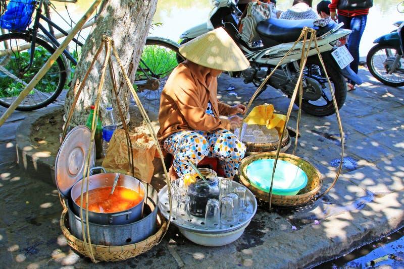 Venditori ambulanti in Hoi An Ancient Town, patrimonio mondiale dell'Unesco del Vietnam fotografia stock