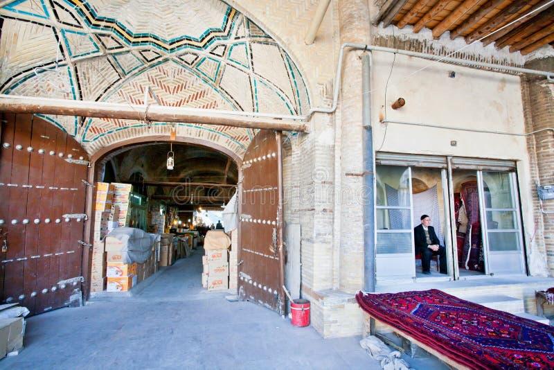 Venditori del bazar persiano storico che aspetta i clienti dentro il mercato di coverd fotografia stock libera da diritti