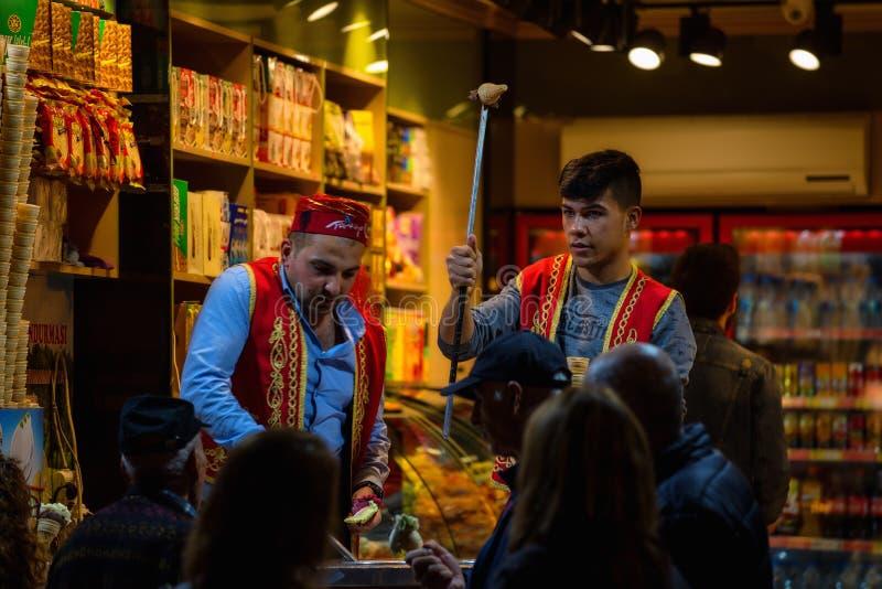 Venditori del gelato di Dondurma a Costantinopoli, Turchia Scena di notte Attrazione turistica fotografie stock