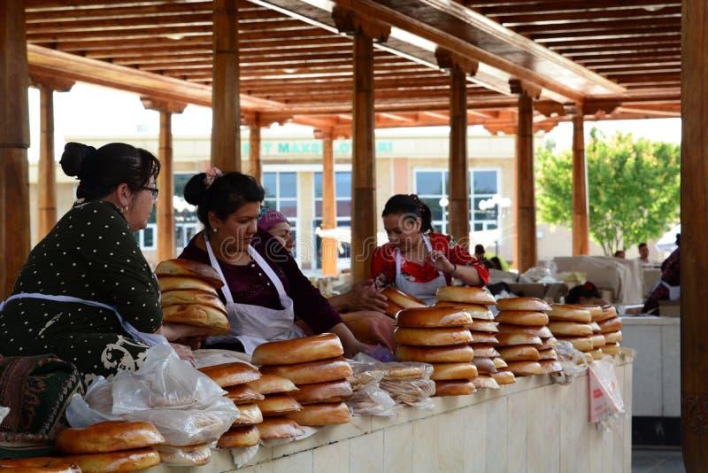 Venditori del pane al bazar di Siab samarcanda uzbekistan fotografia stock libera da diritti