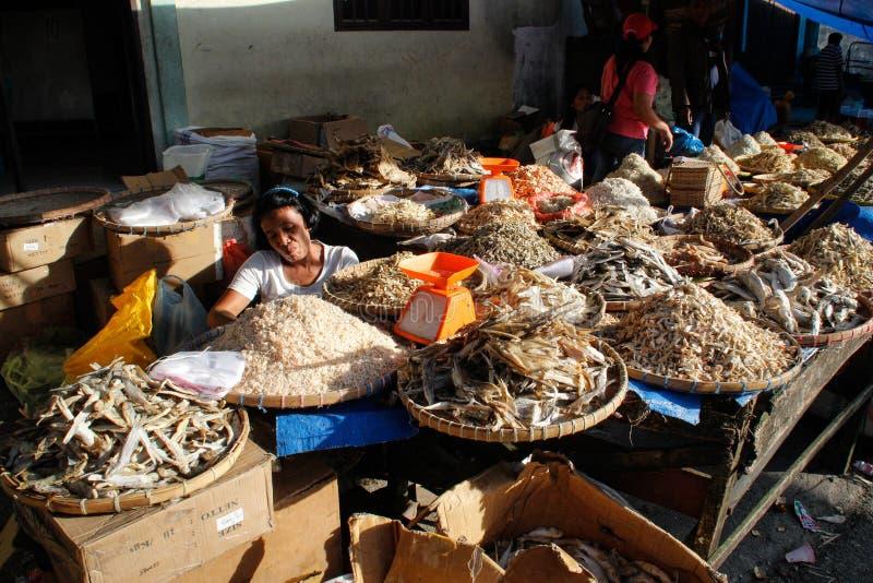 Venditori del pesce nel mercato di strada autentico e variopinto indonesiano locale immagine stock libera da diritti