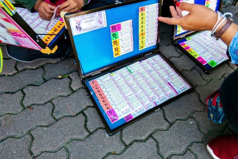 Venditori di biglietto tailandesi di lotteria di governo nel mercato di strada fotografie stock