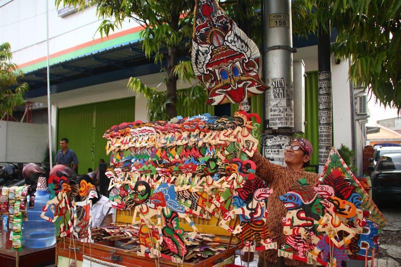 Venditori di Wayang Kulit sulle vie, mentre esibendo i loro prodotti di vendita in Tegal/Java centrale, l'Indonesia, immagini stock libere da diritti