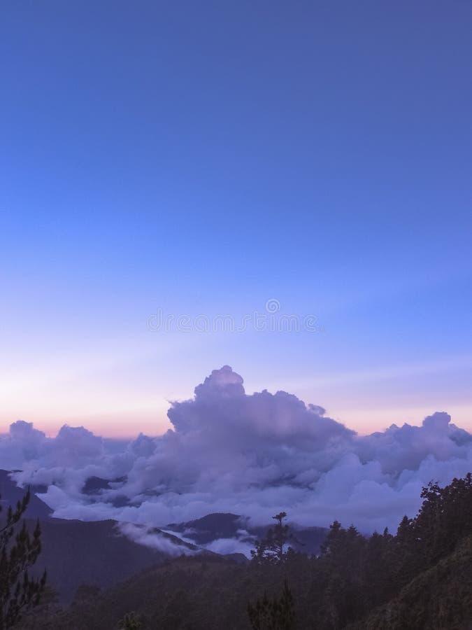 Vendo os raios anti-crepusculares surpreendentes nas montanhas Tão dramático e bonito fotos de stock royalty free