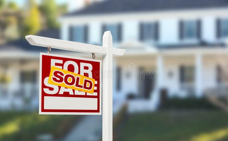 Vendu à la maison pour le signe de Real Estate de vente devant beau nouveau Ho photos libres de droits