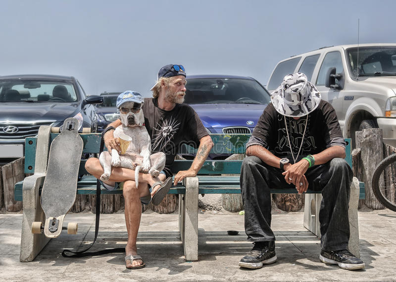 Venecia Beahc, Los Ángeles - CIRCA junio de 2014: Dos amigos abren a la exposición canina en la playa de Venecia de la costa, cir imágenes de archivo libres de regalías