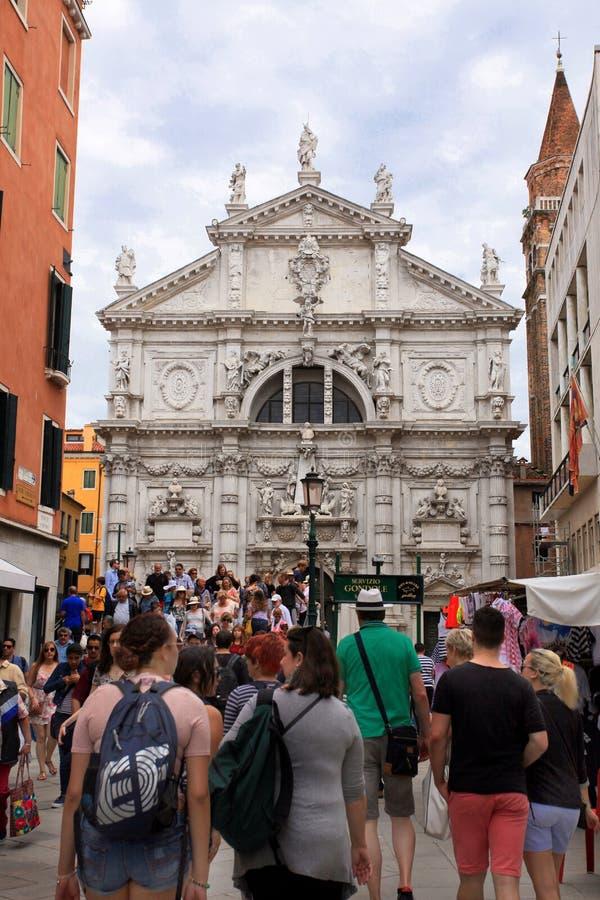 Venecia Calle con la iglesia fotografía de archivo libre de regalías
