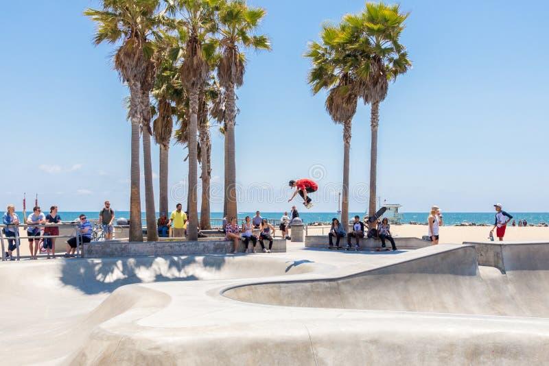 VENECIA, ESTADOS UNIDOS - 21 DE MAYO DE 2015: Muchacho del patinador que practica en el parque del pat?n en Venice Beach, Los Ang imágenes de archivo libres de regalías