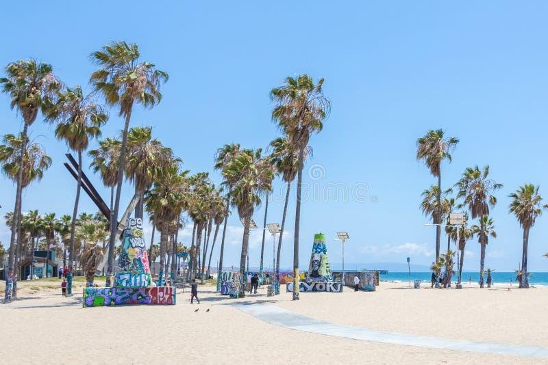 VENECIA, ESTADOS UNIDOS - 21 DE MAYO DE 2015: Oc?ano Front Walk en Venice Beach, California Venice Beach es uno de la mayor?a de  fotografía de archivo libre de regalías