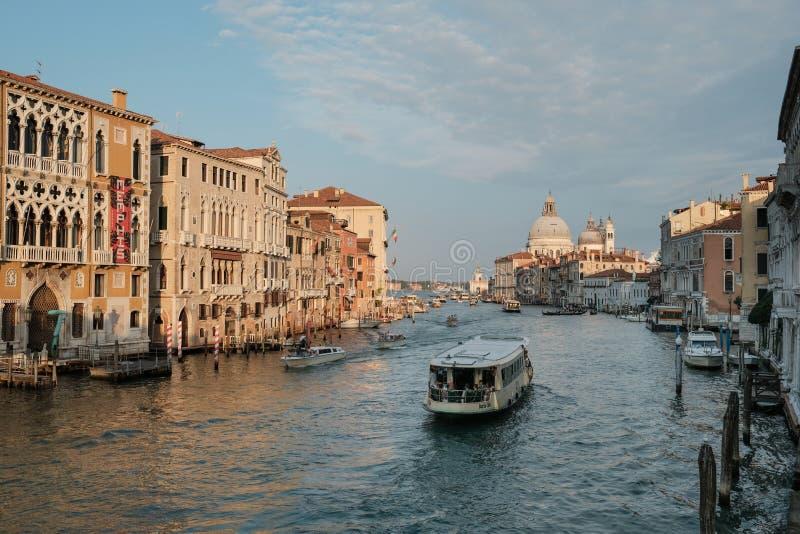 Venecia, Italia, autobús del agua de Vaporetto que toma a turistas a lo largo de Grand Canal fotos de archivo