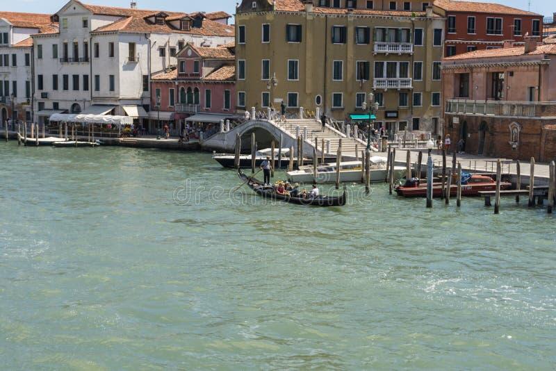 Venecia, Italia - 14 8 2017 barcos cerca de casas en el agua en Venecia, en un día de verano hermoso en Italia imagenes de archivo