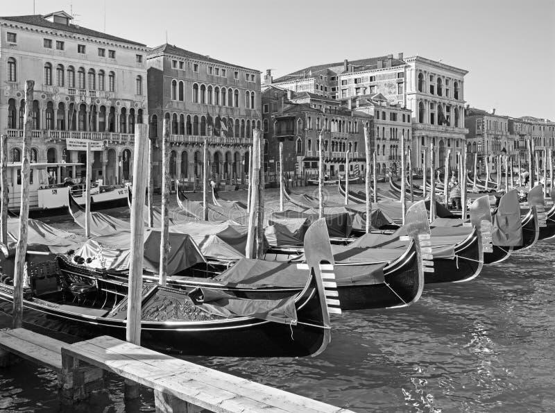 VENECIA, ITALIA: Canal grande y el muelle de góndolas fotografía de archivo libre de regalías