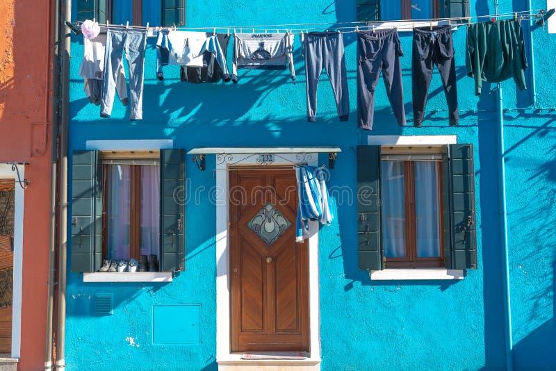 Venecia, Italia, centro comercial, 2019 - casa colorida de Burano, fachada azul de la casa con el secado del lavadero fotografía de archivo