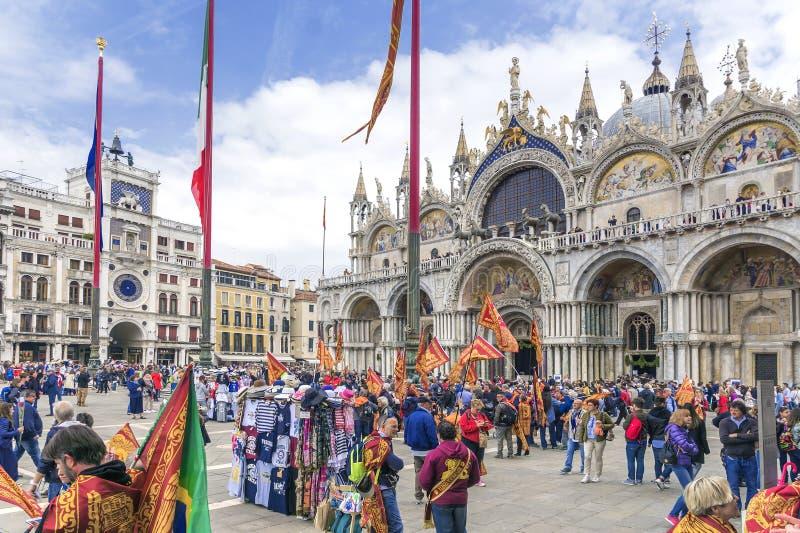VENECIA, ITALIA 25 DE ABRIL DE 2017: El d?a de St Mark es vacaciones en Venecia Los residentes de Venecia celebran al santo patr? fotografía de archivo libre de regalías