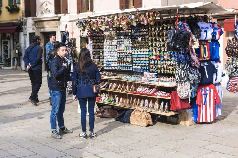 Venecia ITALIA 19 DE ABRIL DE 2017: los turistas compran recuerdos en la calle en Venecia fotos de archivo