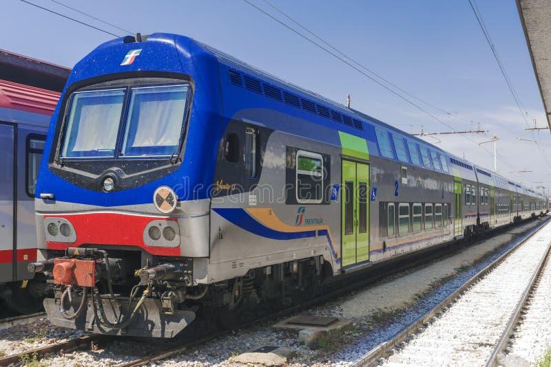 VENECIA, ITALIA 22 DE ABRIL DE 2017: Trenes del tren de los trenes de velocidad de Trenitalia en el ferrocarril de Venecia St Luc fotos de archivo libres de regalías