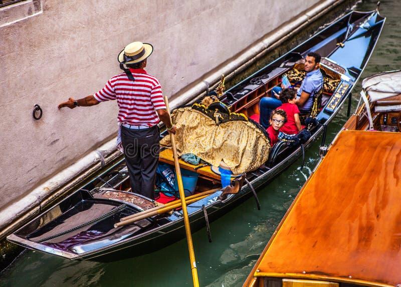 VENECIA, ITALIA - 17 DE AGOSTO DE 2016: Góndolas tradicionales en el primer estrecho del canal el 17 de agosto de 2016 en Venecia imagen de archivo libre de regalías