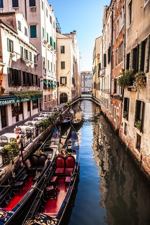 VENECIA, ITALIA - 17 DE AGOSTO DE 2016: Góndolas tradicionales en el primer estrecho del canal el 17 de agosto de 2016 en Venecia imagen de archivo