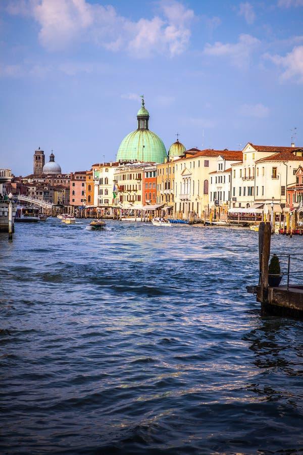 VENECIA, ITALIA - 17 DE AGOSTO DE 2016: Opinión sobre el paisaje urbano de Grand Canal el 17 de agosto de 2016 en Venecia, Italia foto de archivo