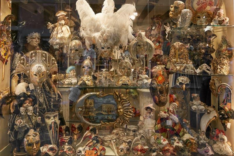 Venecia, Italia - 14 de agosto de 2017: Tienda de souvenirs escaparate con las máscaras venecianas fotos de archivo libres de regalías