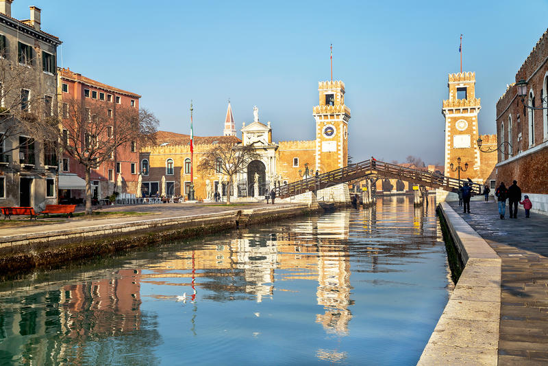 Venecia, Italia - 20 de diciembre de 2015: Vista pintoresca del arsenale, de la puerta y del canal en el día soleado en Venecia imágenes de archivo libres de regalías