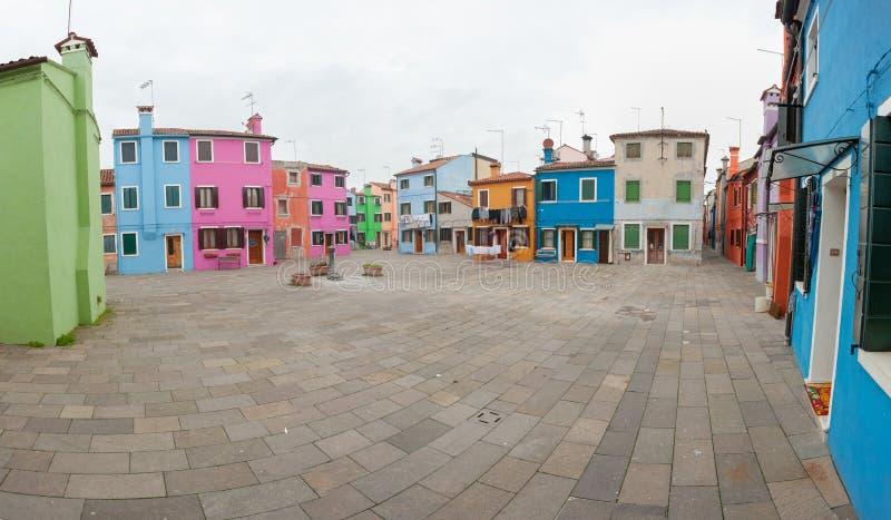 Venecia, Italia - 9 de febrero de 2016: Panorama de un pequeño cuadrado en la isla del burano, Venecia foto de archivo