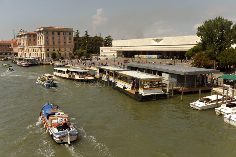 Venecia, Italia - 8 de junio de 2017: Autobús o vaporetto veneciano n del agua imagenes de archivo