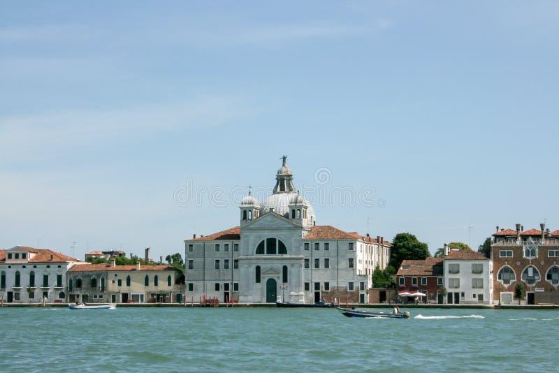 Venecia, Italia - 21 de junio de 2010: Barcos y barcos de motor en el canal de Giudecca en la ciudad italiana de Venecia imagen de archivo