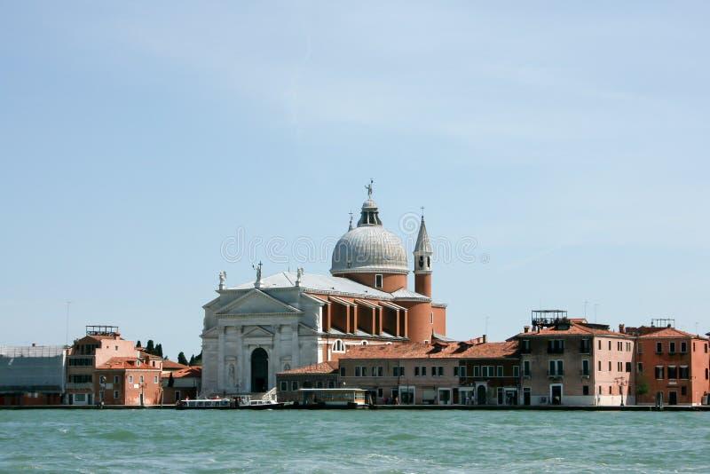Venecia, Italia - 21 de junio de 2010: Barcos y barcos de motor en el canal de Giudecca en la ciudad italiana de Venecia imágenes de archivo libres de regalías