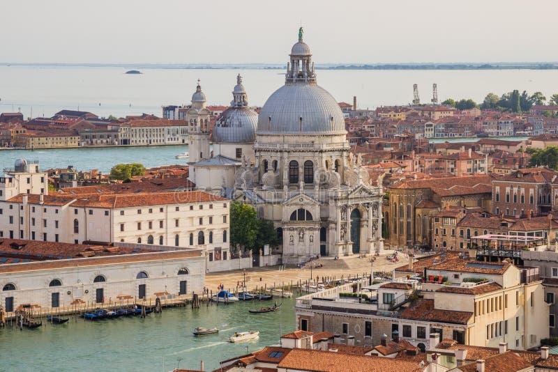 Venecia, Italia - 27 de junio de 2014: Paisaje urbano de Venecia - opinión del ojo de pájaro del campanil de St Mark en la basíli imágenes de archivo libres de regalías