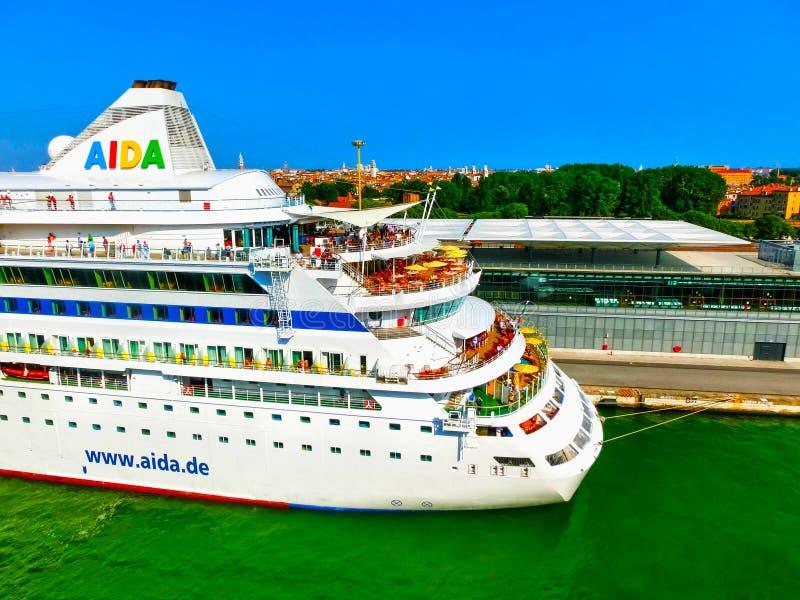Venecia, Italia - 6 de junio de 2015: Trazador de líneas AIDA Vita de la travesía atracada en el puerto fotografía de archivo